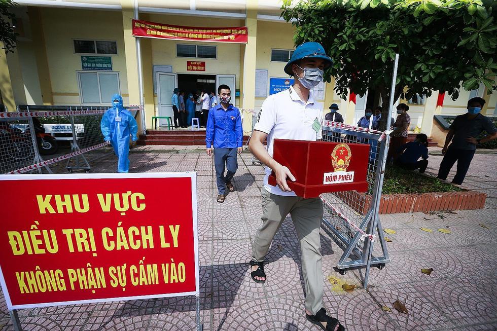 Hòa Bình tổ chức diễn tập bỏ phiếu bầu cử tại các điểm cách ly - Ảnh 1.
