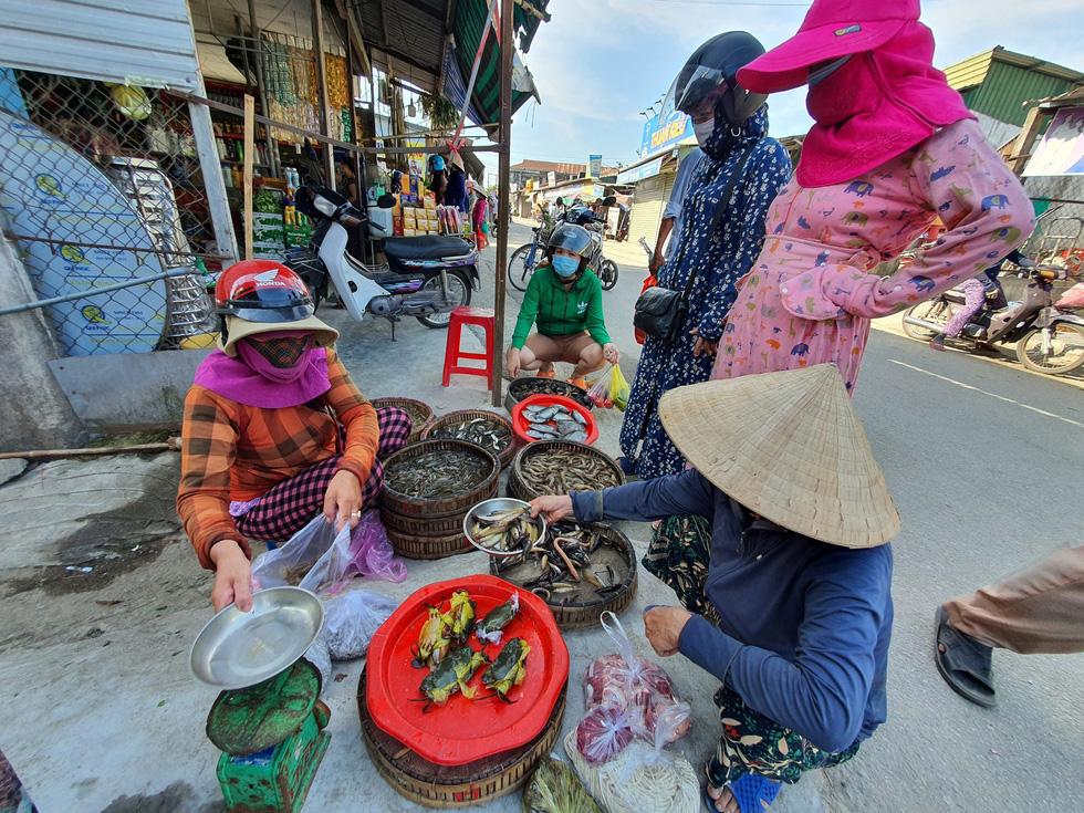 Xã Phong Hiền chính thức dỡ phong tỏa, người dân được phát phiếu vào chợ - Ảnh 6.