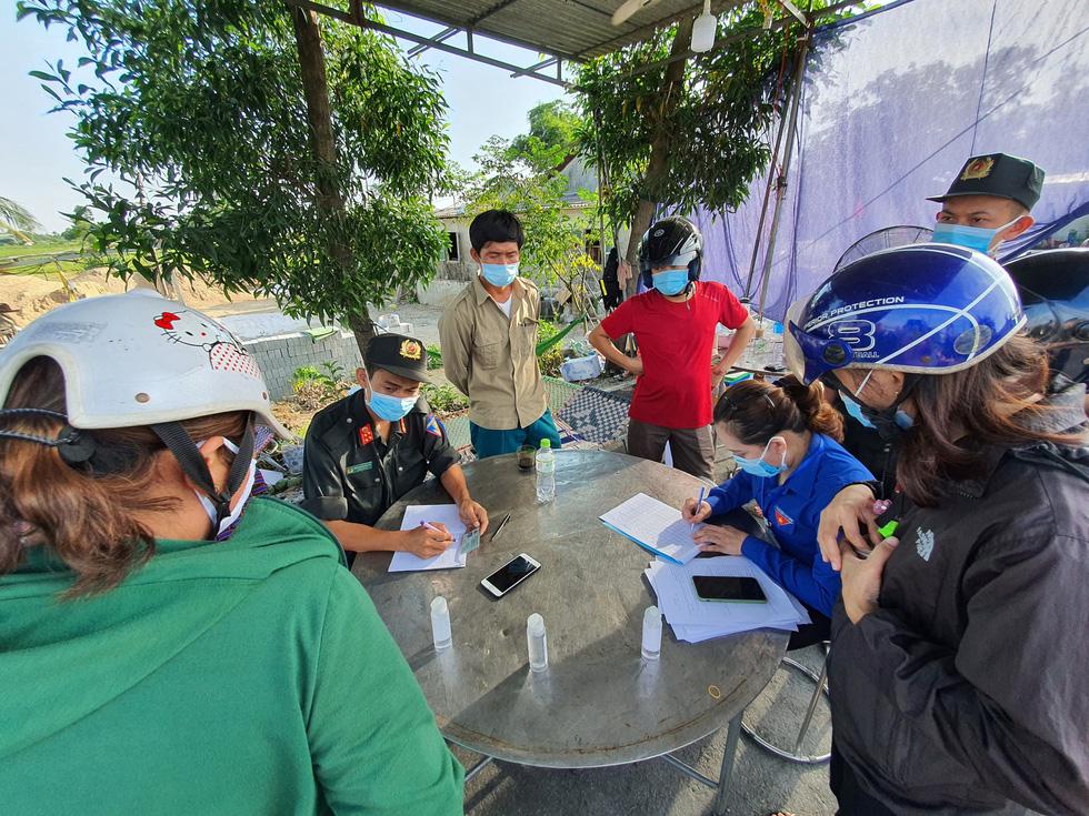 Xã Phong Hiền chính thức dỡ phong tỏa, người dân được phát phiếu vào chợ - Ảnh 4.