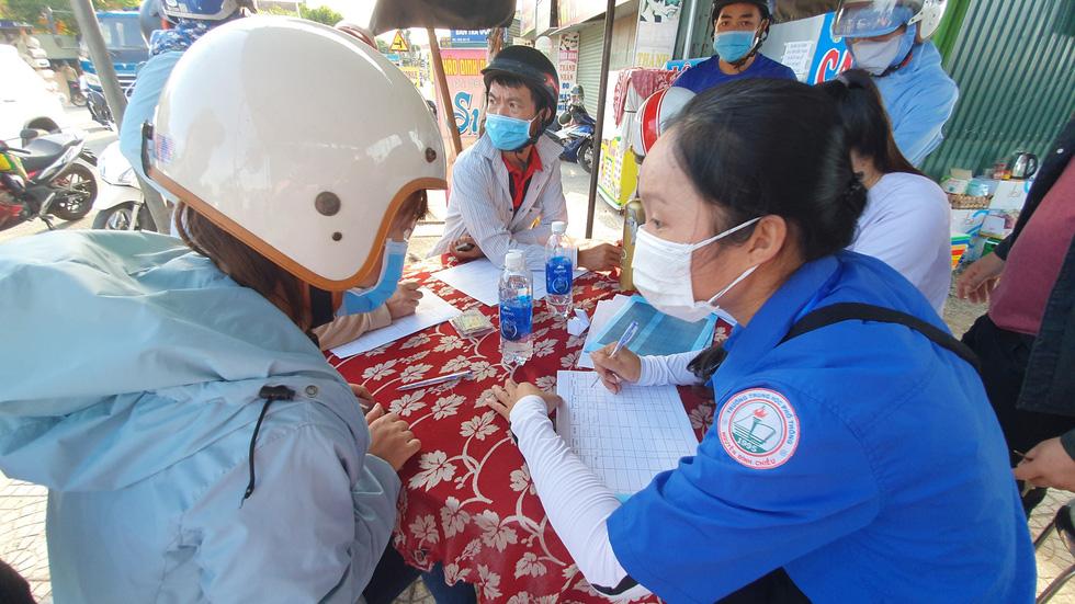 Xã Phong Hiền chính thức dỡ phong tỏa, người dân được phát phiếu vào chợ - Ảnh 3.