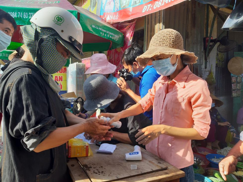 Xã Phong Hiền chính thức dỡ phong tỏa, người dân được phát phiếu vào chợ - Ảnh 10.