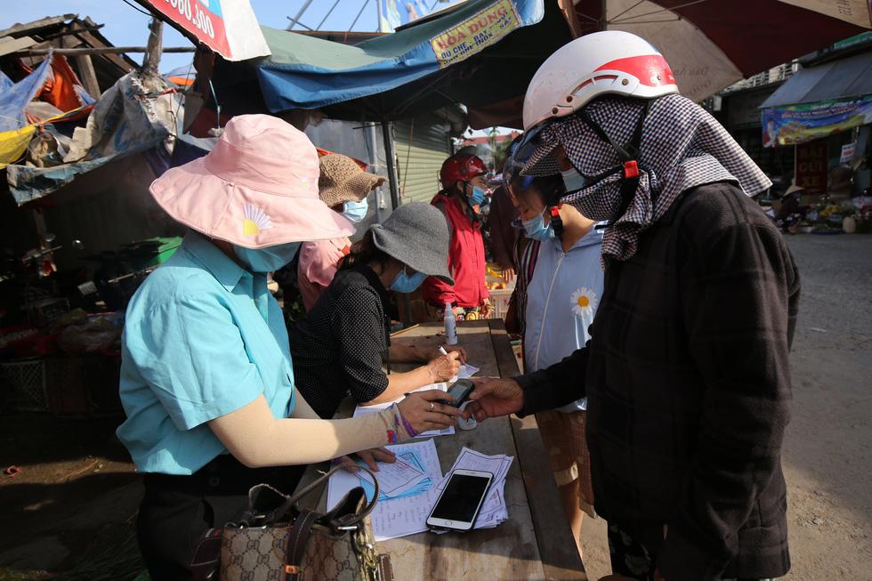 Xã Phong Hiền chính thức dỡ phong tỏa, người dân được phát phiếu vào chợ - Ảnh 7.