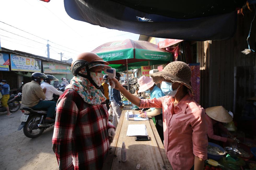 Xã Phong Hiền chính thức dỡ phong tỏa, người dân được phát phiếu vào chợ - Ảnh 9.