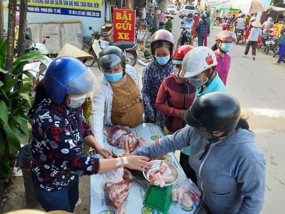 Xã Phong Hiền chính thức dỡ phong tỏa, người dân được phát phiếu vào chợ - Ảnh 11.