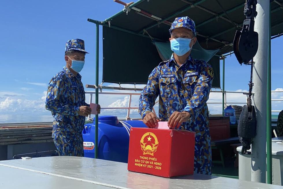 Chiến sĩ tàu hải quân 792 bầu cử sớm trên biển - Ảnh 1.