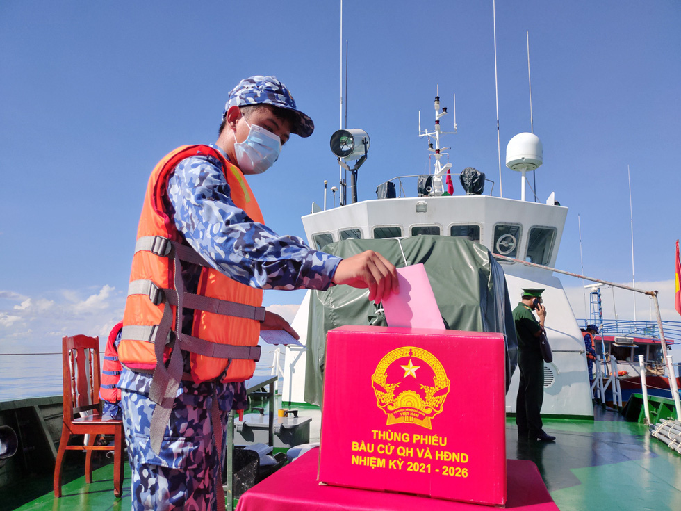 Chiến sĩ tàu hải quân 792 bầu cử sớm trên biển - Ảnh 2.