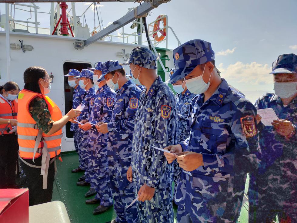 Chiến sĩ tàu hải quân 792 bầu cử sớm trên biển - Ảnh 5.