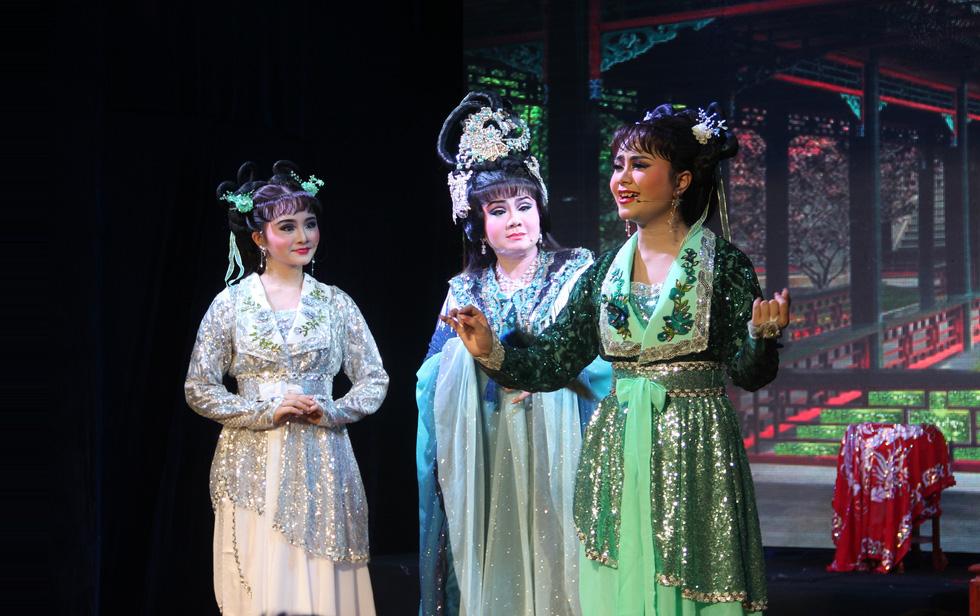 Tú Sương diễn cùng con gái trong đêm hát của gia tộc - Ảnh 1.