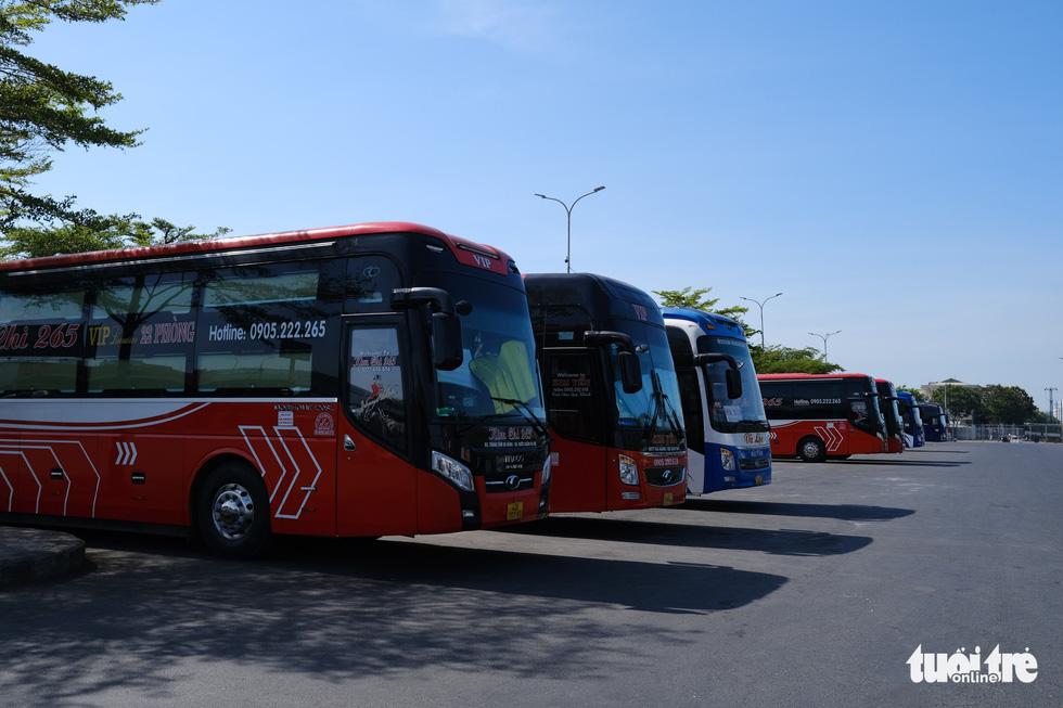 Xe đắp chiếu nằm bãi vì dịch, lao động vận tải Đà Nẵng thất nghiệp - Ảnh 4.