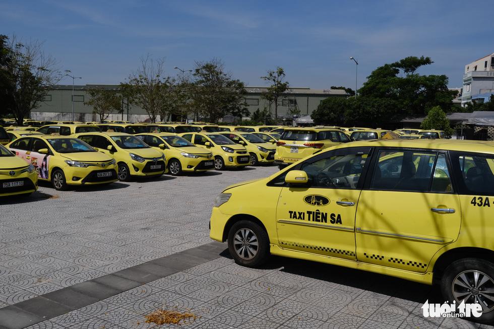 Xe đắp chiếu nằm bãi vì dịch, lao động vận tải Đà Nẵng thất nghiệp - Ảnh 2.