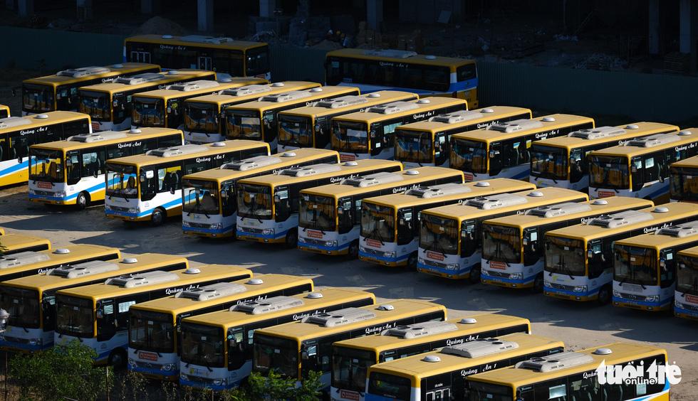 Xe đắp chiếu nằm bãi vì dịch, lao động vận tải Đà Nẵng thất nghiệp - Ảnh 1.
