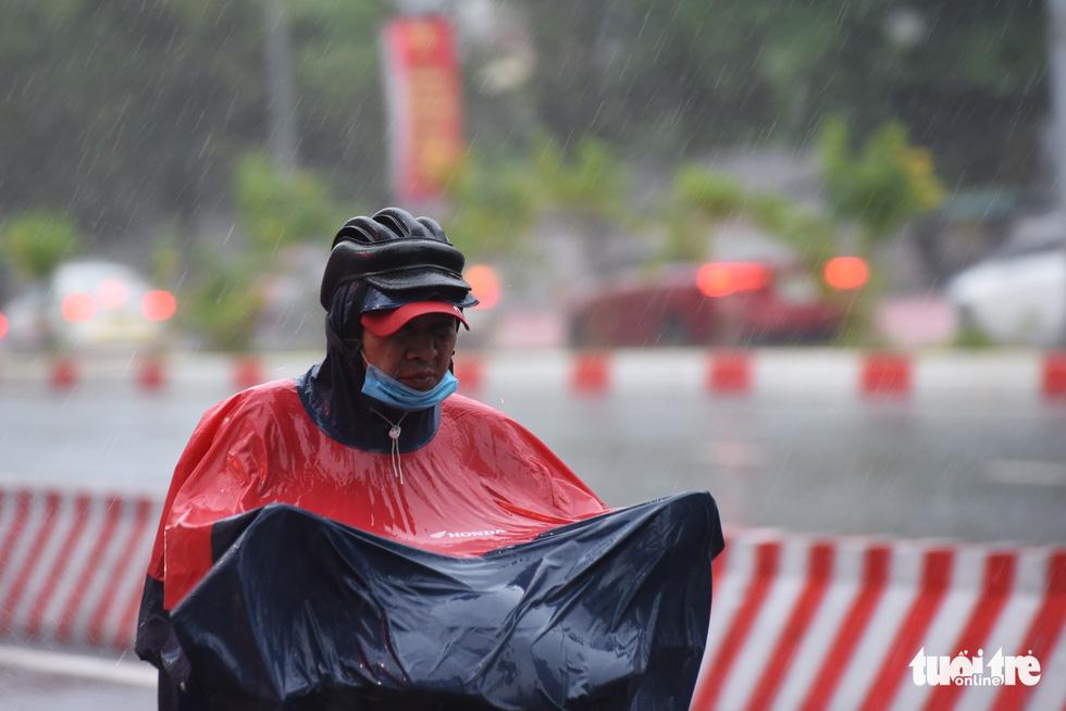 Mưa trắng trời, người dân TP.HCM lại lội nước giữa trưa - Ảnh 7.