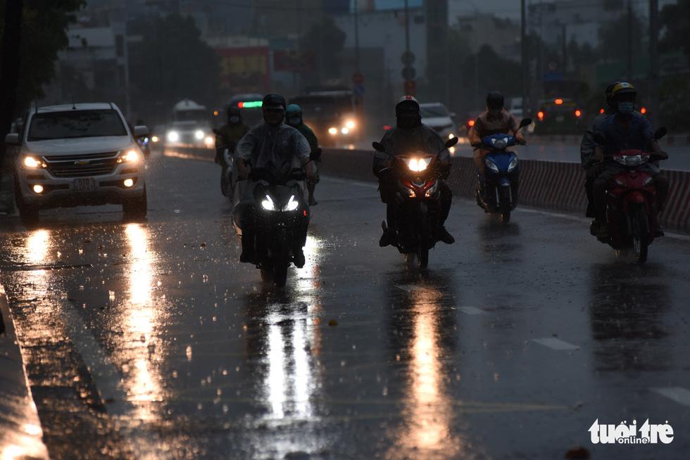 Mưa trắng trời, người dân TP.HCM lại lội nước giữa trưa - Ảnh 3.