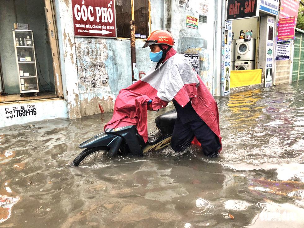 Mưa trắng trời, người dân TP.HCM lại lội nước giữa trưa - Ảnh 2.
