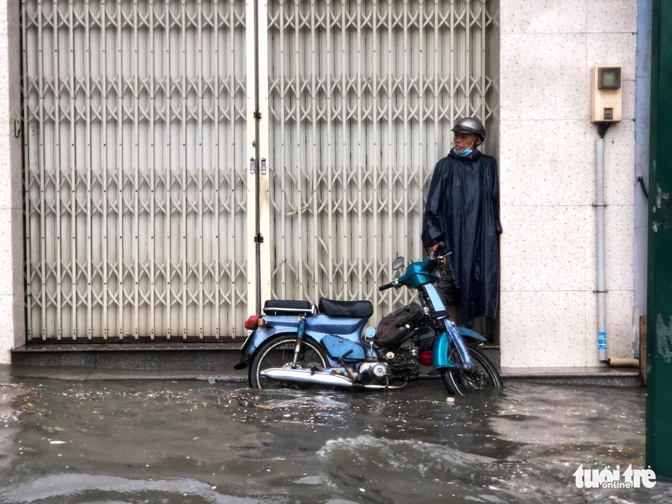 Mưa trắng trời, người dân TP.HCM lại lội nước giữa trưa - Ảnh 6.