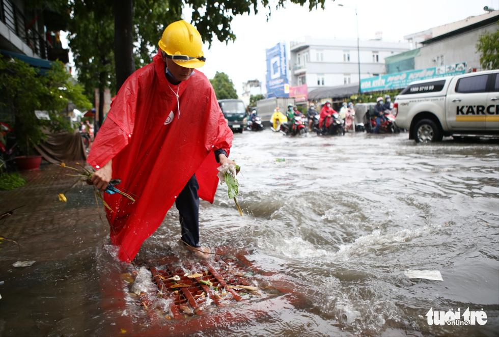 Mưa trắng trời, người dân TP.HCM lại lội nước giữa trưa - Ảnh 10.