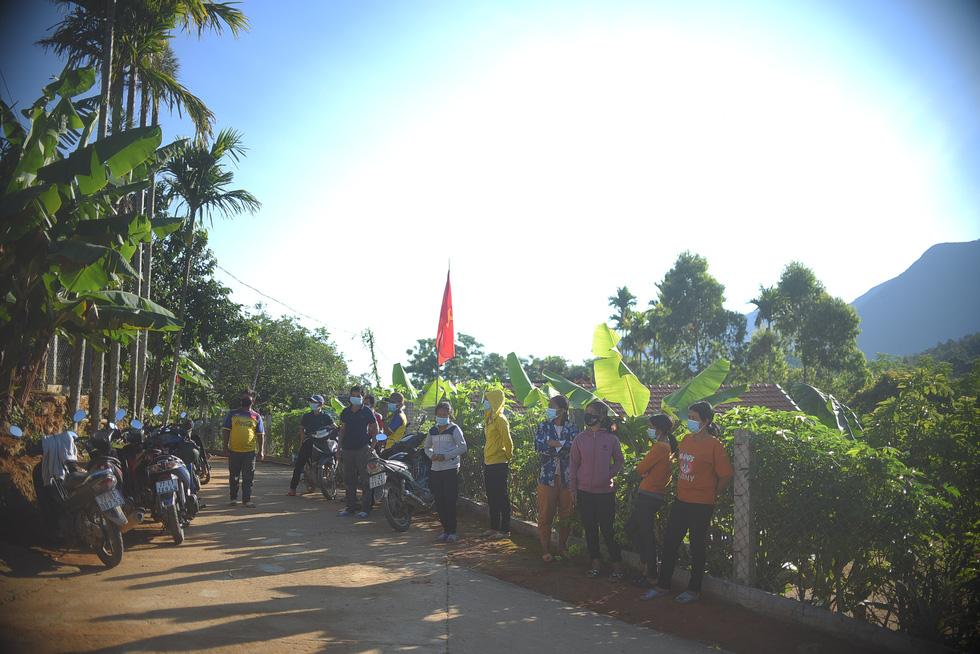 1.600 cử tri ở 10 ngôi làng xa xôi nhất Bình Định bầu cử sớm - Ảnh 1.