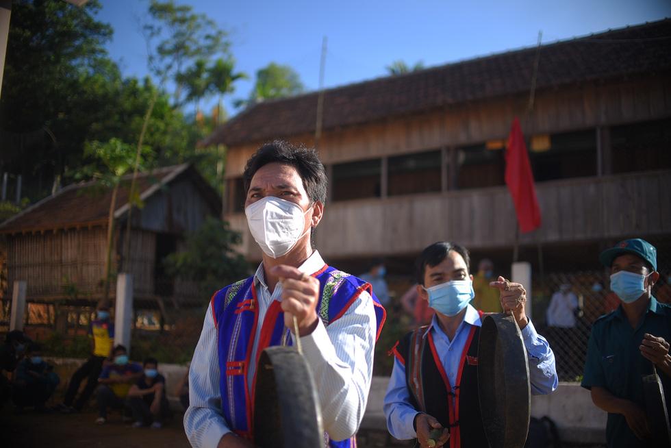 1.600 cử tri ở 10 ngôi làng xa xôi nhất Bình Định bầu cử sớm - Ảnh 4.