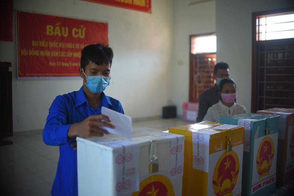 1.600 cử tri ở 10 ngôi làng xa xôi nhất Bình Định bầu cử sớm - Ảnh 9.