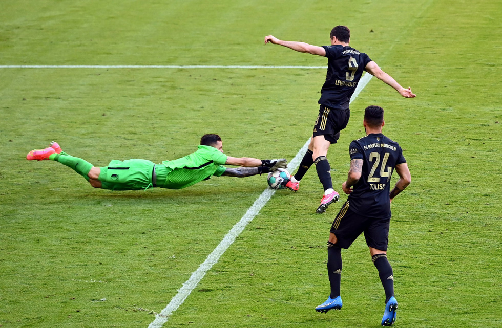 Ghi bàn phút 90, Lewandowski đi vào lịch sử trong ngày nâng đĩa bạc Bundesliga - Ảnh 4.