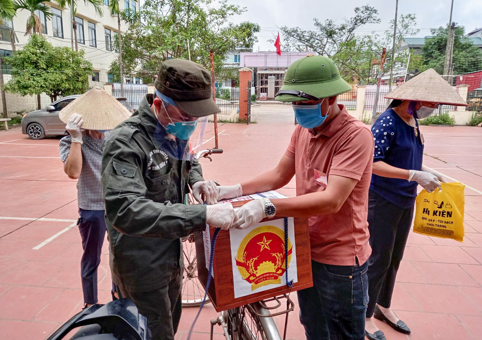 Tâm dịch Bắc Giang: Tổ bầu cử đạp xe chở hòm phiếu đến tận nhà để dân bầu cử - Ảnh 3.