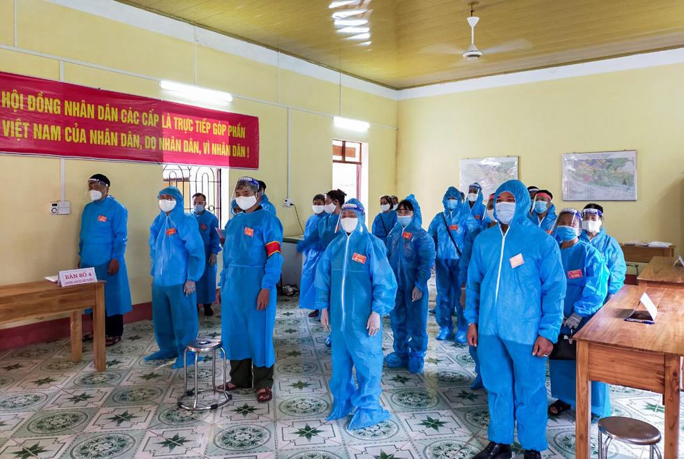 Tâm dịch Bắc Giang: Tổ bầu cử đạp xe chở hòm phiếu đến tận nhà để dân bầu cử - Ảnh 2.