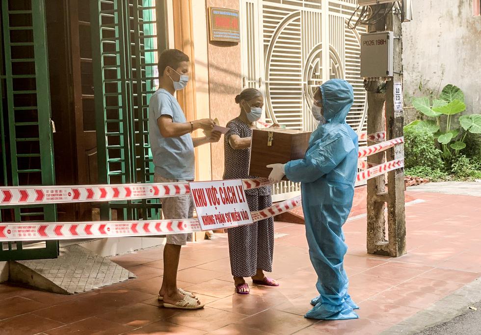 Tâm dịch Bắc Giang: Tổ bầu cử đạp xe chở hòm phiếu đến tận nhà để dân bầu cử - Ảnh 7.