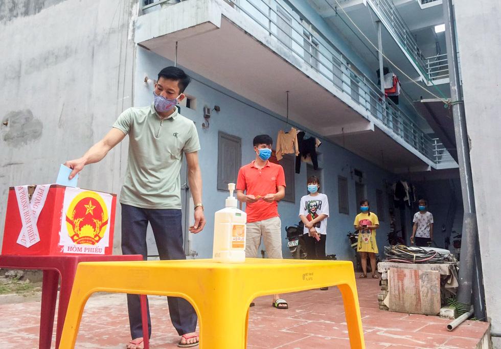 Tâm dịch Bắc Giang: Tổ bầu cử đạp xe chở hòm phiếu đến tận nhà để dân bầu cử - Ảnh 8.