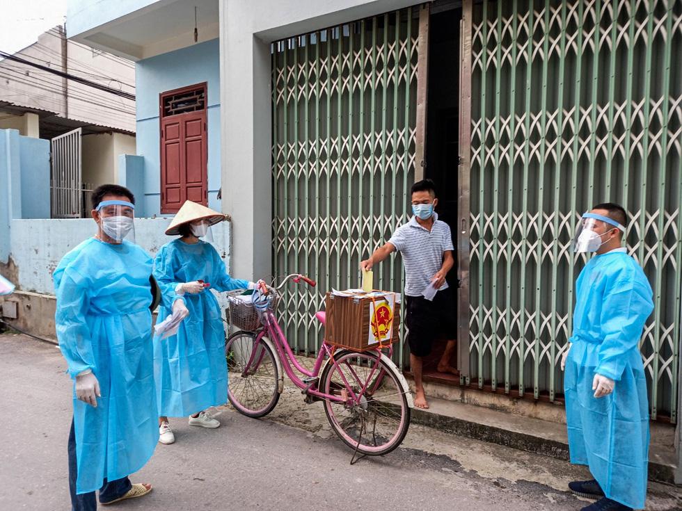 Tâm dịch Bắc Giang: Tổ bầu cử đạp xe chở hòm phiếu đến tận nhà để dân bầu cử - Ảnh 5.