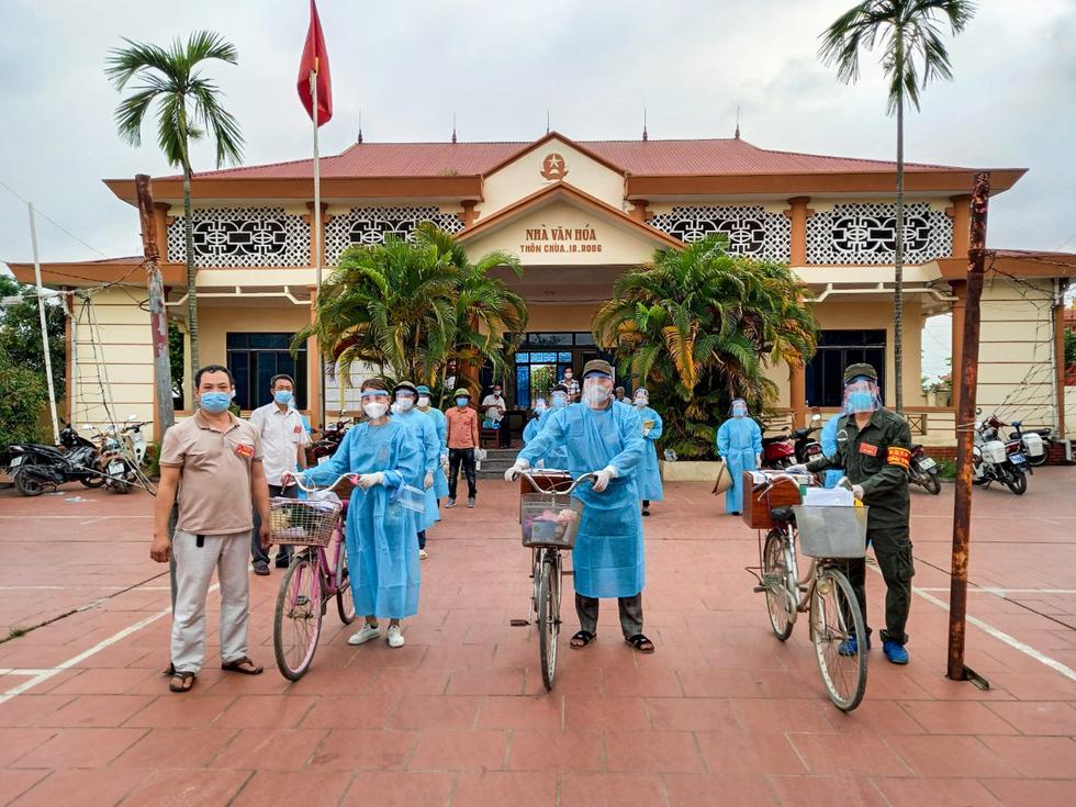 Tâm dịch Bắc Giang: Tổ bầu cử đạp xe chở hòm phiếu đến tận nhà để dân bầu cử - Ảnh 4.