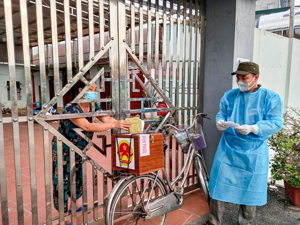 Tâm dịch Bắc Giang: Tổ bầu cử đạp xe chở hòm phiếu đến tận nhà để dân bầu cử - Ảnh 1.
