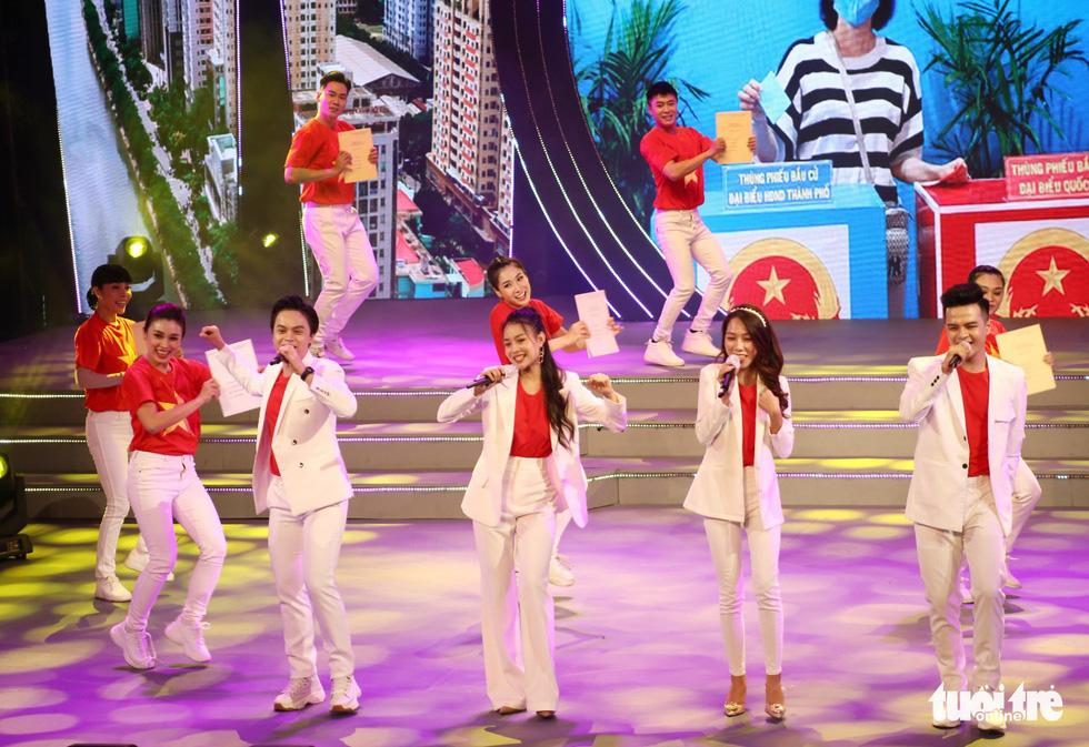 Tạ Minh Tâm, Hiền Thục, Hồ Trung Dũng hát mừng bầu cử - Ảnh 9.