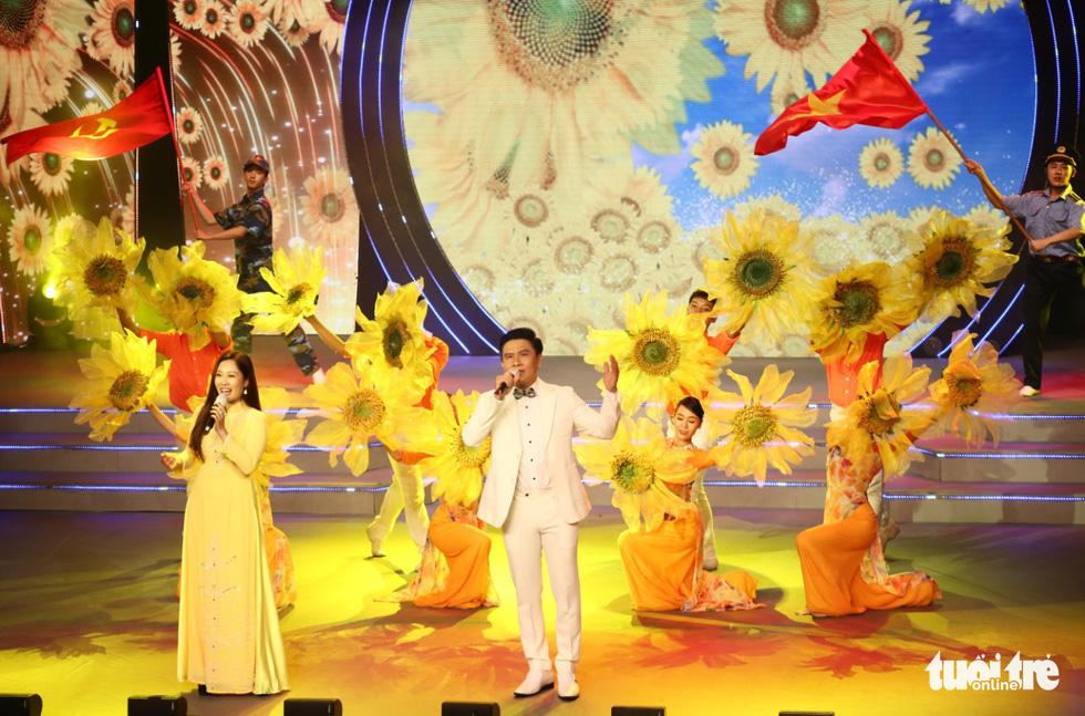 Tạ Minh Tâm, Hiền Thục, Hồ Trung Dũng hát mừng bầu cử - Ảnh 10.