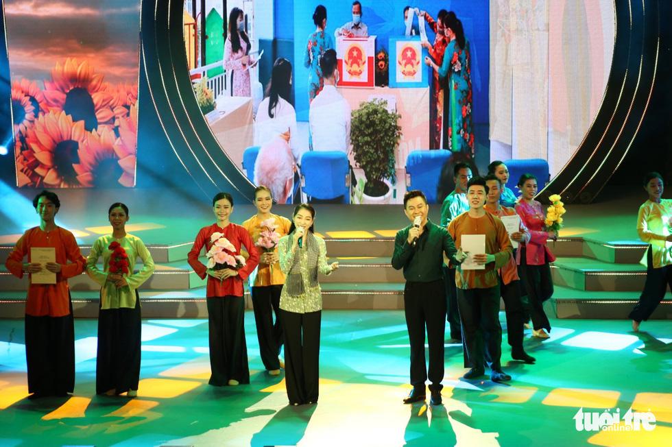Tạ Minh Tâm, Hiền Thục, Hồ Trung Dũng hát mừng bầu cử - Ảnh 2.