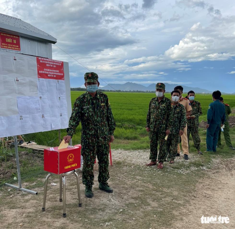 Đưa thùng phiếu lên biên giới cho lực lượng chống dịch COVID-19 bầu cử - Ảnh 5.