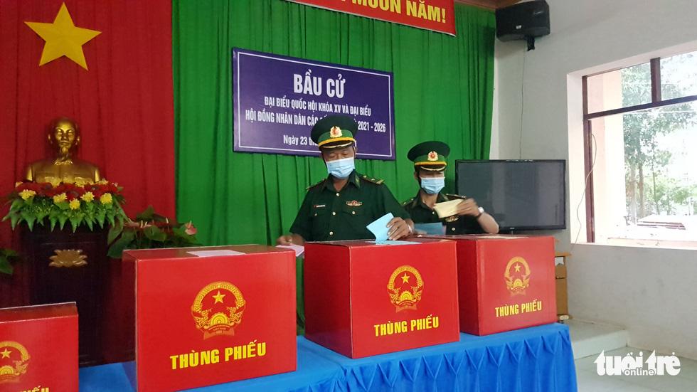 Đưa thùng phiếu lên biên giới cho lực lượng chống dịch COVID-19 bầu cử - Ảnh 3.