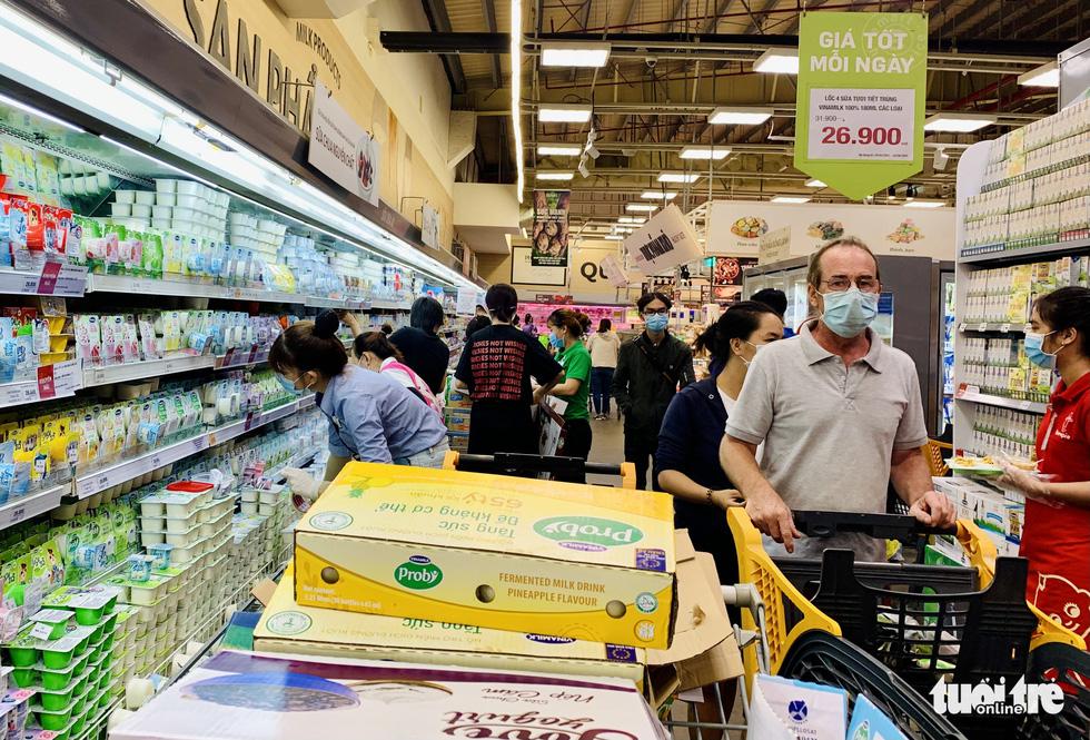 Không còn lê la hàng quán, người dân Sài Gòn gặp được khuyến mãi ồ ạt ở siêu thị - Ảnh 2.