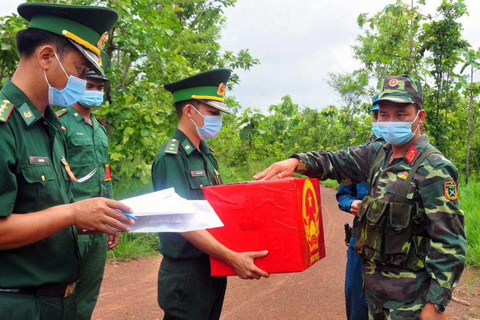 Đưa thùng phiếu lên biên giới cho lực lượng chống dịch COVID-19 bầu cử - Ảnh 14.