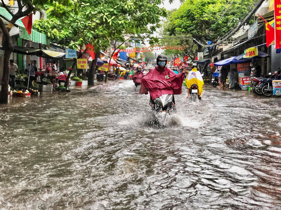 Mưa như trút suốt buổi sáng, dân Sài Gòn bì bõm dắt xe chết máy qua điểm ngập - Ảnh 3.