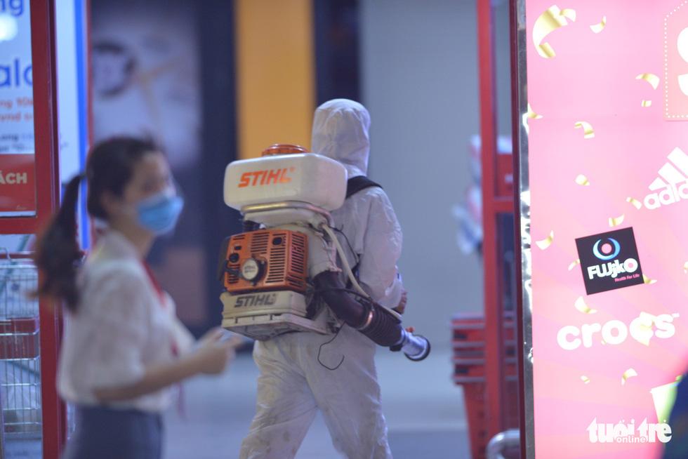 Hà Nội tạm phong tỏa chợ Xanh Văn Quán có liên quan ca COVID-19 - Ảnh 6.
