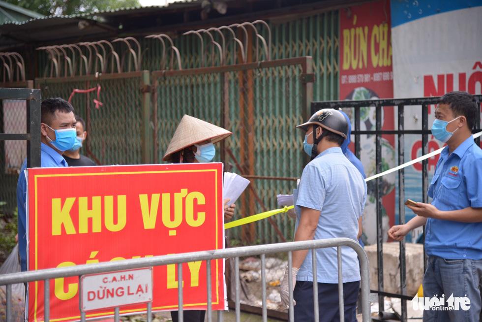 Hà Nội tạm phong tỏa chợ Xanh Văn Quán có liên quan ca COVID-19 - Ảnh 4.
