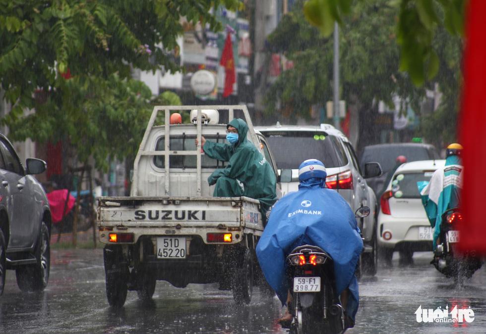 Dầm mưa khoanh vùng, truy vết người liên quan ca COVID-19 ở TP.HCM - Ảnh 4.