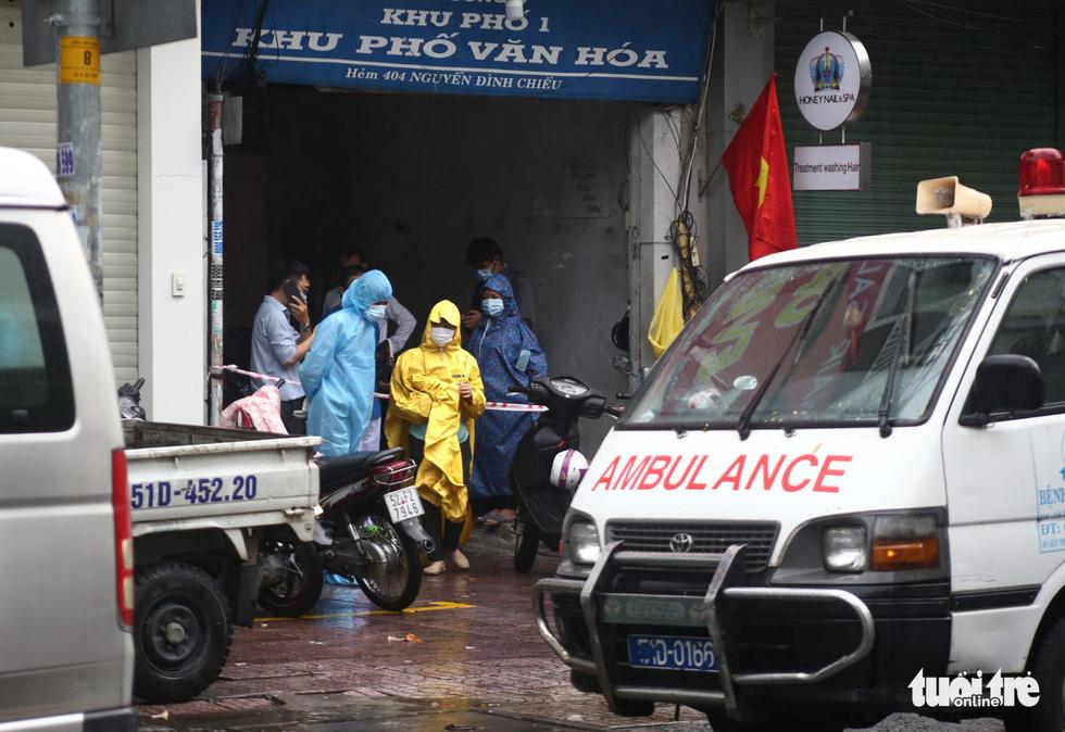 Dầm mưa khoanh vùng, truy vết người liên quan ca COVID-19 ở TP.HCM - Ảnh 6.