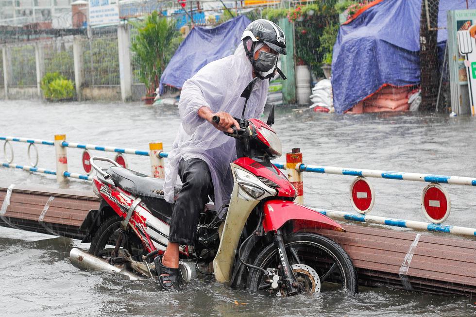 Mưa như trút suốt buổi sáng, dân Sài Gòn bì bõm dắt xe chết máy qua điểm ngập - Ảnh 5.