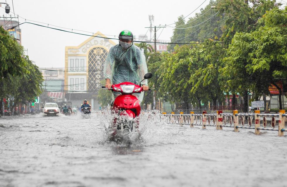 Mưa như trút suốt buổi sáng, dân Sài Gòn bì bõm dắt xe chết máy qua điểm ngập - Ảnh 7.