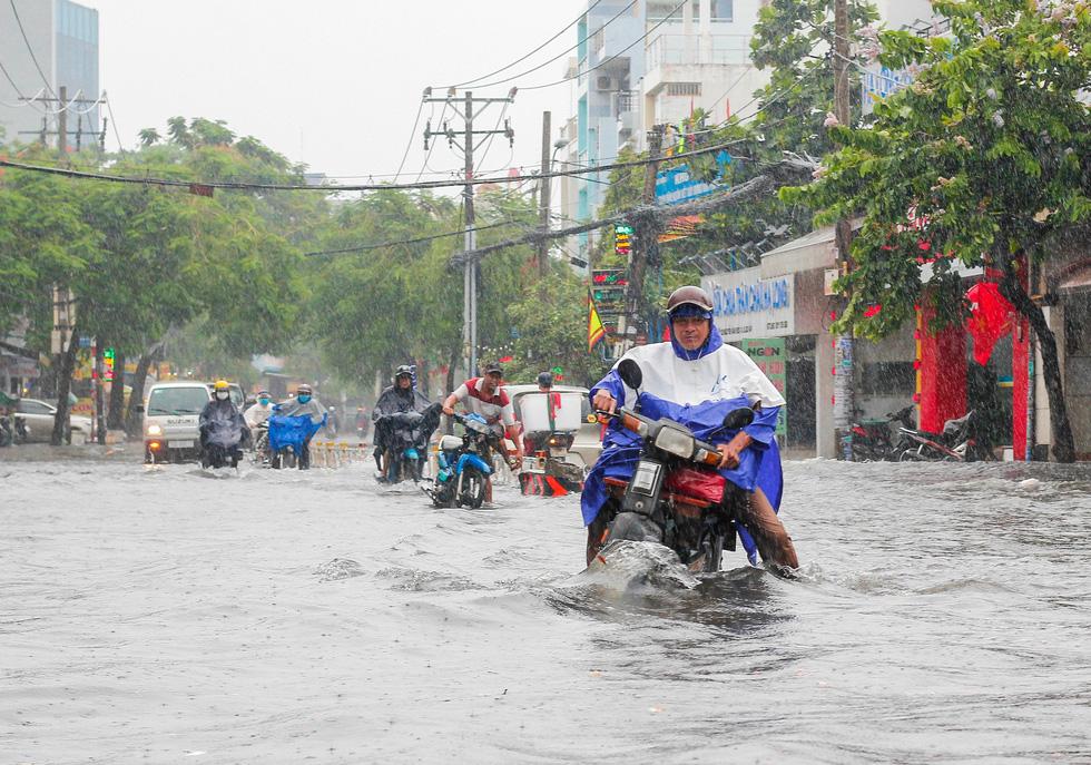 Mưa như trút suốt buổi sáng, dân Sài Gòn bì bõm dắt xe chết máy qua điểm ngập - Ảnh 2.