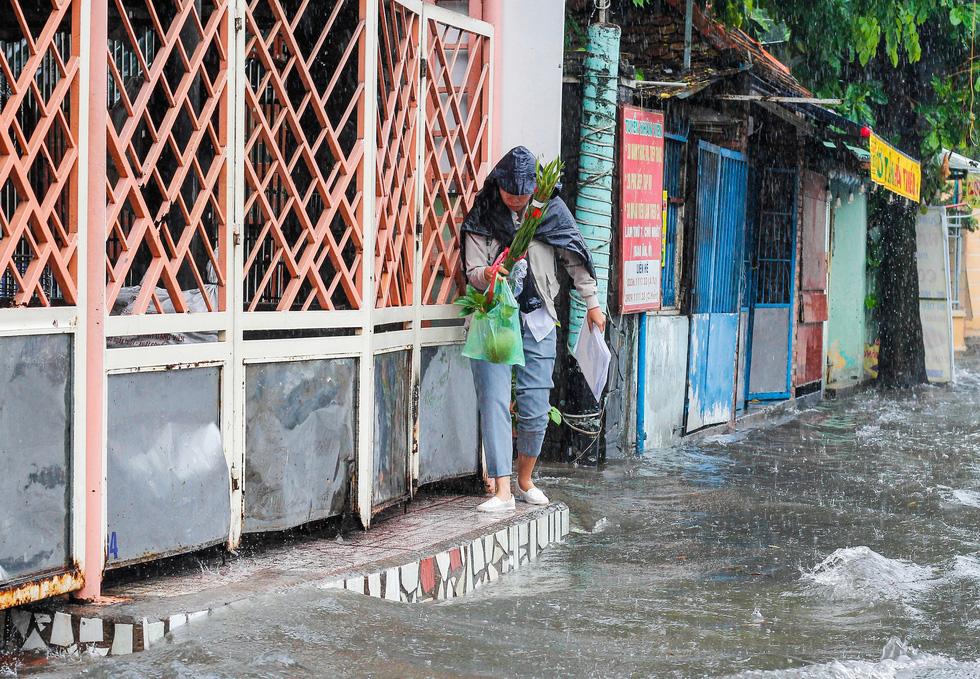 Mưa như trút suốt buổi sáng, dân Sài Gòn bì bõm dắt xe chết máy qua điểm ngập - Ảnh 8.