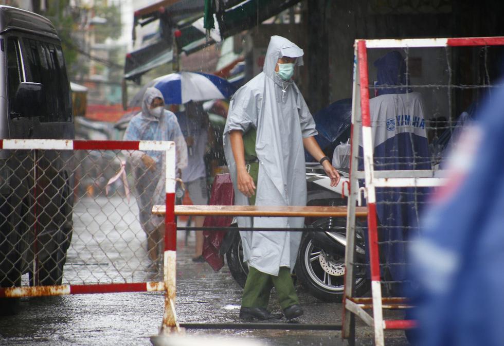 Dầm mưa khoanh vùng, truy vết người liên quan ca COVID-19 ở TP.HCM - Ảnh 5.