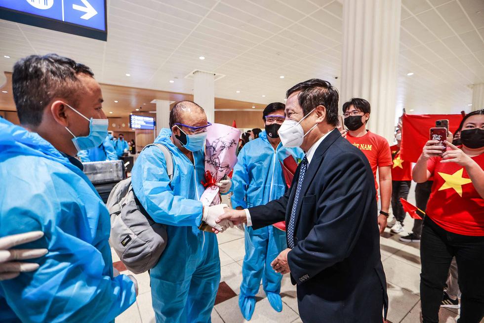 Kiều bào chào đón đội tuyển Việt Nam tại sân bay Dubai - Ảnh 8.