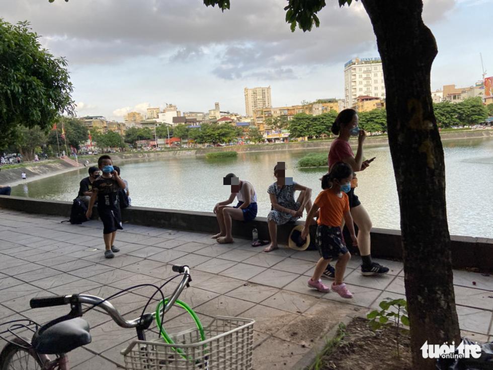 Cấm thể thao ngoài trời hơn 20 ngày trước, người dân vẫn ra công viên, vườn hoa - Ảnh 1.